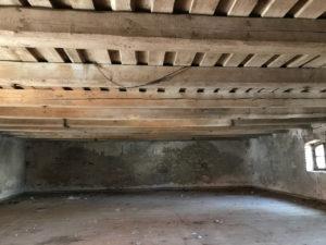 Původní dřevěný strop.